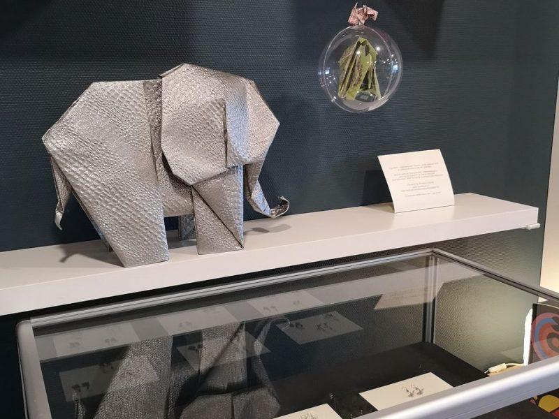 Éléphant Argent sur vitrine boucle d'oreille en Origami - Exposition Éléphantesque Origami au Bureau Consulaire du Japon à Lyon